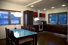 现代厨房和餐厅 免版税库存照片