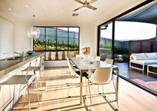 现代厨房和饭厅在木地板上 免版税库存图片