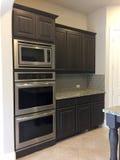 现代厨房器具在一个新房里 免版税库存照片