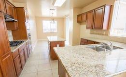现代厨房在新建工程家 免版税库存照片