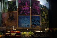 现代厨房在有痛苦墙纸的餐馆 库存图片