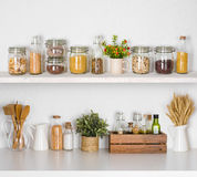 现代厨房搁置与在白色背景的各种各样的食品成分 免版税库存照片