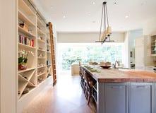 现代厨房破木上面海岛 免版税图库摄影