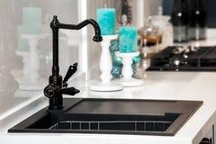 现代黑厨房水槽和龙头 免版税库存图片