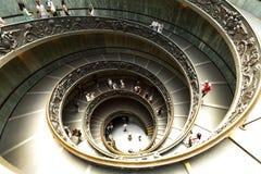 现代双重螺旋楼梯在梵蒂冈博物馆 图库摄影