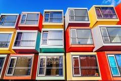 现代可堆叠的学生公寓在阿尔梅勒,荷兰叫spaceboxes 免版税库存照片