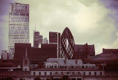 现代和减速火箭在伦敦市 免版税库存照片