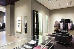 现代和时尚衣裳商店 免版税库存照片