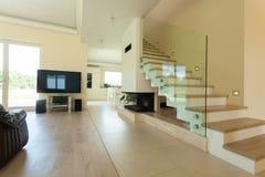 现代和明亮的房子内部  免版税库存照片