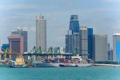 现代和繁忙的新加坡Tanjong Pagar PSA看法端起服务货船 库存图片