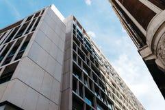 现代和老大厦低角度视图在Gran的通过街道 免版税库存照片
