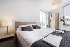 现代和舒适的卧室内部 免版税库存图片