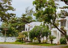 现代和豪华住所假日别墅房子,大厦外部门面在手段的 正面图 生活方式概念 免版税库存图片