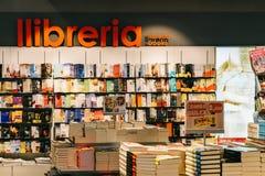 现代和经典文学书在图书馆书店的待售 库存照片