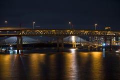 现代和经典晚上河上的桥在波特兰 免版税库存图片