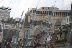 现代和维多利亚女王时代的大厦的反射 库存图片