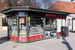 现代商店报纸和快餐待售  库存照片
