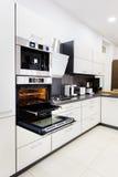 现代喂tek厨房,与开放的门的烤箱 免版税图库摄影