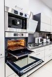 现代喂tek厨房,与开放的门的烤箱 库存图片