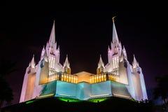 现代圣徒寺庙的耶稣基督教会在晚上 免版税库存图片