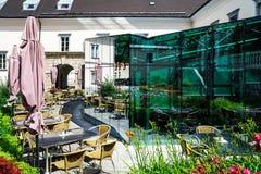 现代在传统街道咖啡馆的镜子玻璃墙 库存照片