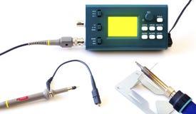 现代在白色背景隔绝的数字信号示波器和工具 免版税图库摄影