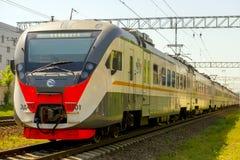 现代在莫斯科路轨的乘客市郊火车 免版税库存照片