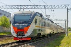 现代在莫斯科路轨的乘客市郊火车 免版税库存图片