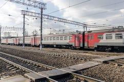 现代在莫斯科路轨的乘客市郊火车 库存照片