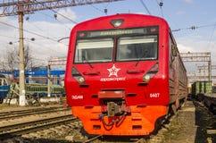现代在莫斯科路轨的乘客市郊火车 库存图片