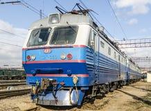 现代在莫斯科路轨的乘客市郊火车 免版税图库摄影