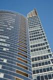 现代在蓝天背景的企业玻璃大厦 免版税库存照片