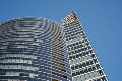 现代在蓝天背景的企业玻璃大厦 免版税库存图片