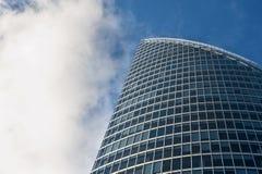 现代在蓝天backgro的企业玻璃大厦 免版税图库摄影