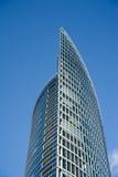 现代在蓝天backround的企业玻璃大厦 免版税图库摄影
