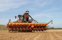 现代在领域的案件拖拉机钻种子 免版税库存照片