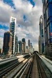 现代地铁在迪拜 免版税库存图片