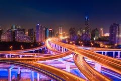 现代城市交通在晚上 免版税库存照片