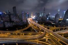 现代城市交通路在晚上 运输连接点 库存照片