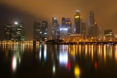 现代城市地平线在晚上 免版税库存照片