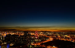 现代城市大厦在夜 免版税库存照片