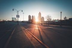 现代城市街道在晴朗的早晨 库存照片