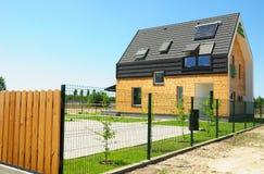现代外部的房子 太阳电池板和太阳水加热器在现代房子屋顶有天窗的 免版税库存照片