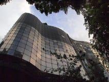 现代多故事大厦,弯曲的Glassed门面 免版税库存照片