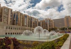 现代大厦、庭院和喷泉 免版税库存照片