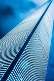现代大厦低角度视图与地平线的 库存图片