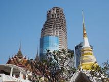 现代大厦和古庙在曼谷,泰国 免版税图库摄影