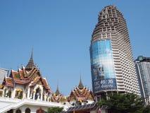 现代大厦和古庙在曼谷,泰国 免版税库存图片