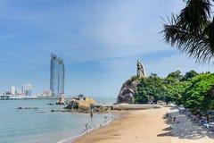 现代大厦和古老雕象在海湾 库存照片