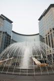 现代大厦和喷泉 免版税库存照片